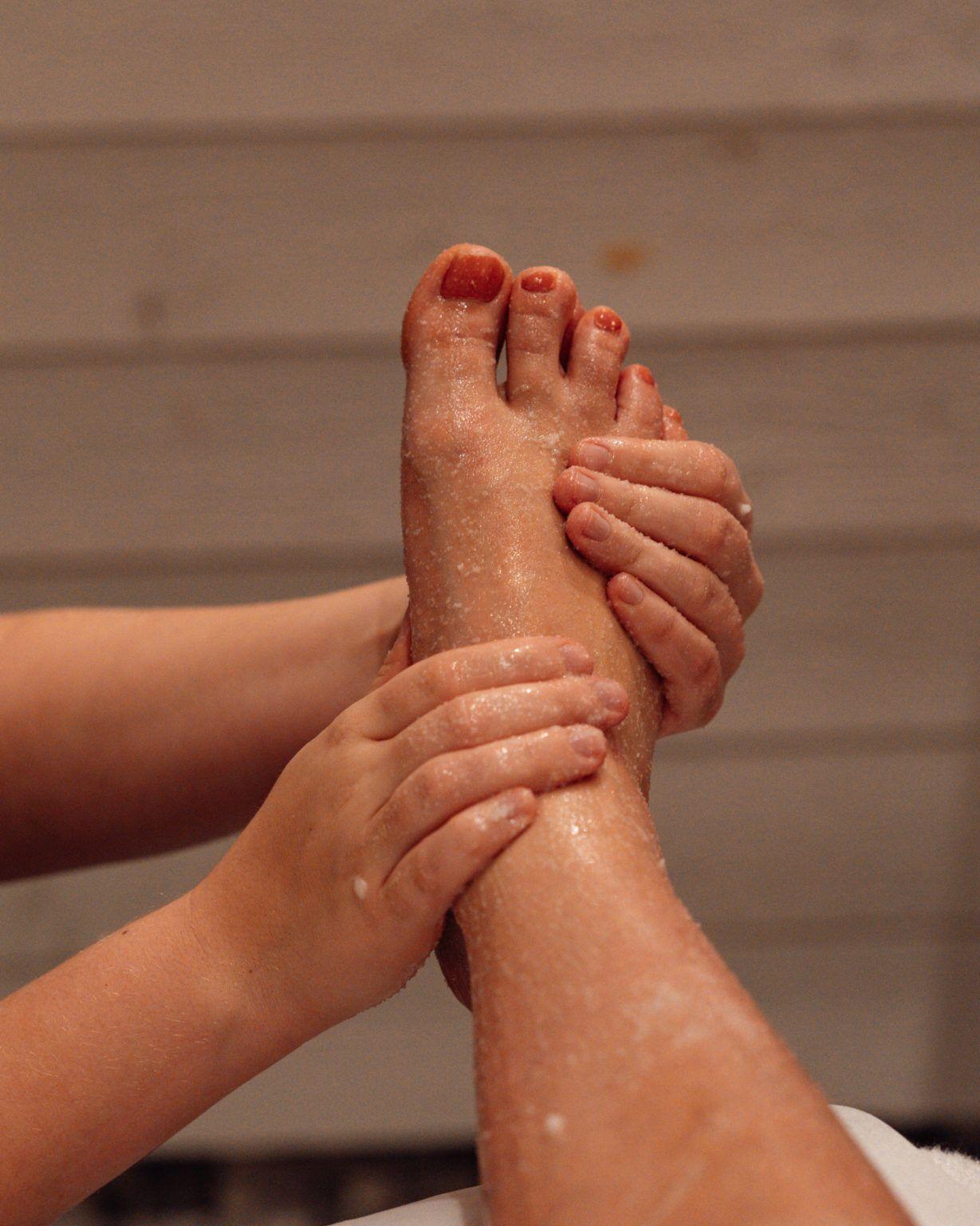 Händer masserar en fot