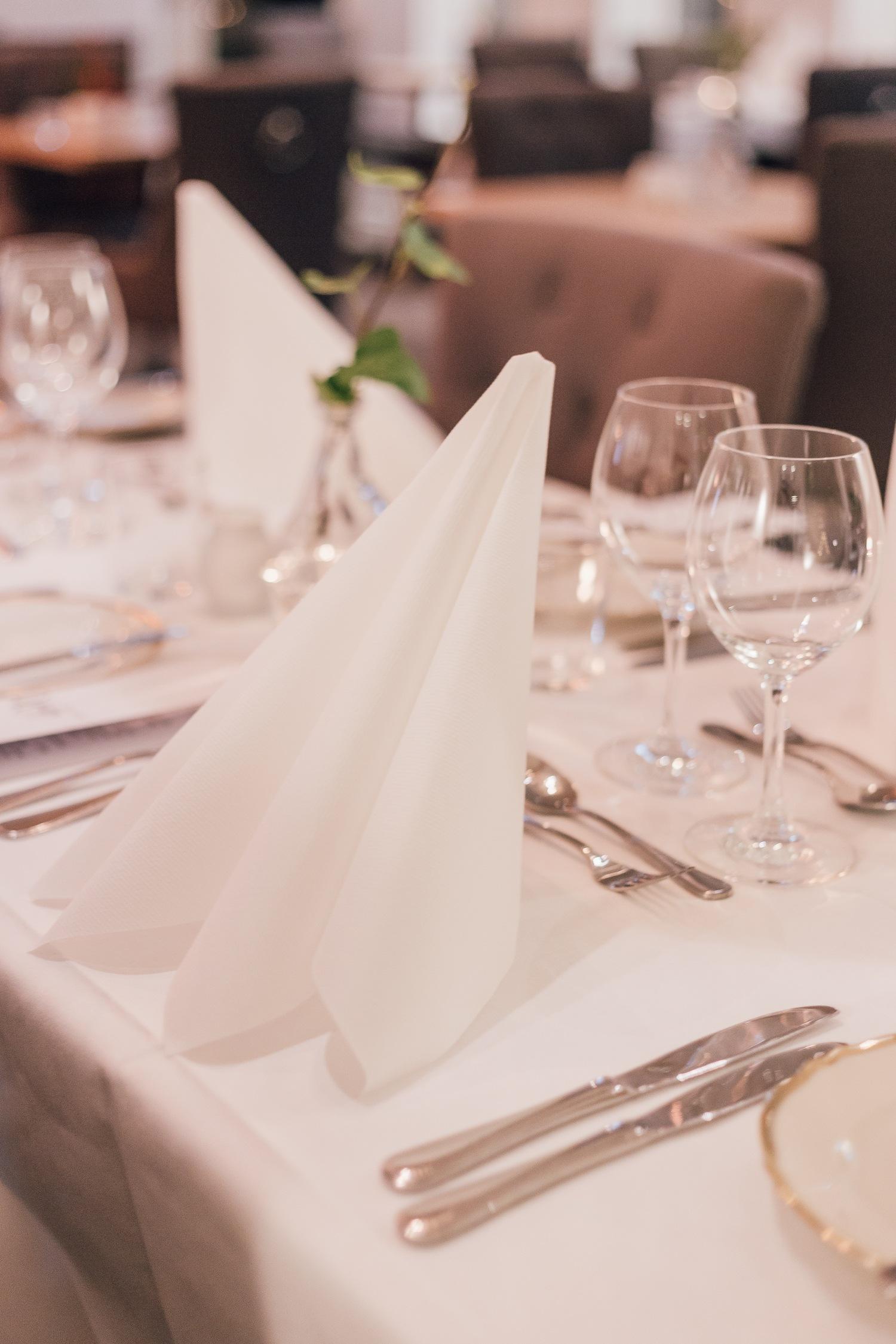 Dukat restaurangbord med stående servetter